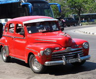 Αποκατεστημένο κόκκινο ταξί στην οδό της Αβάνας Στοκ Εικόνες
