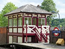 Αποκατεστημένο ξύλινο κιβώτιο σημάτων στο σιδηροδρομικό σταθμό Chorleywood στοκ εικόνα