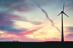 Αποκαλούμενο αιολικό πάρκο ανεμόμυλων στο ηλιοβασίλεμα με το δραματικό ουρανό Στοκ εικόνες με δικαίωμα ελεύθερης χρήσης