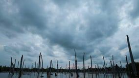 Αποκαλυπτικά δραματικά σύννεφα και ηλιοβασίλεμα πέρα από τη λίμνη, χρόνος-σφάλμα φιλμ μικρού μήκους