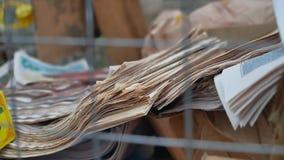 Αποκομιδή απορρίματος άχρηστων χαρτιών των παλαιών εφημερίδων και των περιοδικών που φροντίζουν για το περιβάλλον φιλμ μικρού μήκους