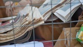 Αποκομιδή εγγράφου απορρίματος αποβλήτων των παλαιών εφημερίδων και των περιοδικών που φροντίζουν για το περιβάλλον απόθεμα βίντεο