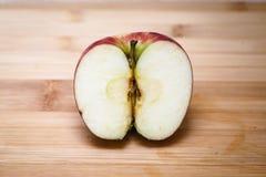 αποκοπή μήλων μισή στοκ φωτογραφία με δικαίωμα ελεύθερης χρήσης