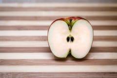 αποκοπή μήλων μισή στοκ εικόνες