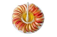 Αποκοπή στις φέτες των μήλων με ένα κύπελλο του μελιού Στοκ εικόνα με δικαίωμα ελεύθερης χρήσης