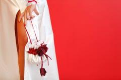 Αποκοπή του γαμήλιου φορέματος και της τσάντας μεταξιού στοκ εικόνα