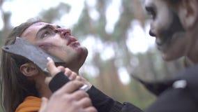 αποκριές Ένα κορίτσι με μια φοβερή σύνθεση απειλεί τον τύπο με ένα μαχαίρι φιλμ μικρού μήκους