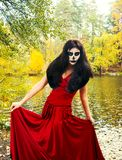 αποκριές Γυναίκα Brunette με το κρανίο αποκριών makeup σε ένα κόκκινο δ Στοκ φωτογραφίες με δικαίωμα ελεύθερης χρήσης
