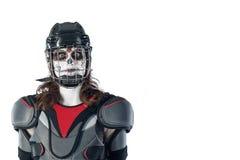 αποκριές ευτυχείς παίκτης χόκεϋ σε ένα κράνος χόκεϋ και μάσκα στο απομονωμένο σκηνικό ή το κλίμα Όλη η ημέρα Αγίων ` Στοκ Φωτογραφία