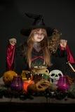 αποκριές εύθυμος λίγη μάγισσα με μια μαγική ράβδο Στοκ εικόνες με δικαίωμα ελεύθερης χρήσης