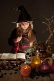 αποκριές εύθυμος λίγη μάγισσα με μια μαγική ράβδο Στοκ Εικόνες