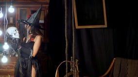 Αποκριές η μάγισσα με ένα προσωπικό ενός ανθρώπινου κρανίου δημιουργεί φιλμ μικρού μήκους