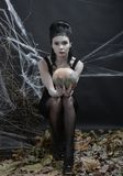 αποκριές Η μάγισσα πίσω από μαγικό στοκ φωτογραφίες