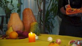 αποκριές Η νέα μάγισσα φέρνει ένα καλάθι των γλυκών στον πίνακα απόθεμα βίντεο