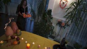 αποκριές Η νέα μάγισσα φέρνει ένα καλάθι των γλυκών απόθεμα βίντεο