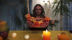 αποκριές Κινηματογράφηση σε πρώτο πλάνο ενός κοριτσιού που κρατά ένα skorzinku με τα γλυκά απόθεμα βίντεο