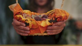 αποκριές Κινηματογράφηση σε πρώτο πλάνο των γλυκών σε ένα καλάθι απόθεμα βίντεο