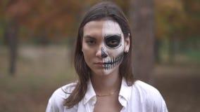 αποκριές Νέο κορίτσι με τρομακτικές αποκριές makeup απόθεμα βίντεο