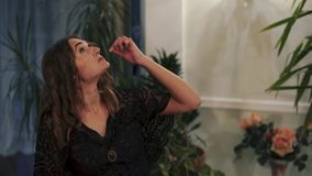 αποκριές Το κορίτσι με την αποστροφή τρώει ένα σκουλήκι απόθεμα βίντεο