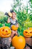 αποκριές Το παιδί που ντύνονται στο Μαύρο με το Jack-ο-φανάρι διαθέσιμο, το τέχνασμα ή μεταχειρίζονται Ευτυχής κολοκύθα μικρών κο Στοκ εικόνες με δικαίωμα ελεύθερης χρήσης