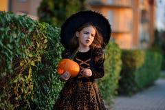αποκριές Το όμορφο μικρό κορίτσι απεικονίζει την κακή νεράιδα Στοκ εικόνες με δικαίωμα ελεύθερης χρήσης
