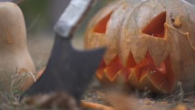 αποκριές Τρομακτικό μαχαίρι κολοκύθας και χασάπηδων στη δασική έννοια αποκριών απόθεμα βίντεο