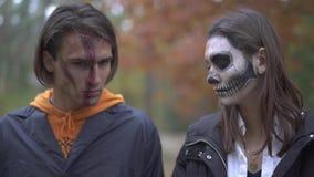 αποκριές Τύπος και κορίτσι με το τρομακτικό makeup φιλμ μικρού μήκους