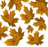 Αποκριές, φύλλα σφενδάμου μειώνονται με ένα εικονίδιο κολοκύθας σε ένα υπόβαθρο στοκ εικόνα
