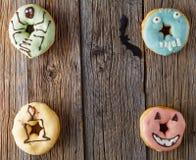 Αποκριές donuts στον ξύλινο πίνακα Στοκ φωτογραφία με δικαίωμα ελεύθερης χρήσης