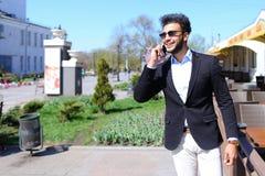 Αποκτημένο άτομο ηλεκτρονικό ταχυδρομείο από το ταξιδιωτικό γραφείο και κλήση τηλεφωνικώς Στοκ εικόνες με δικαίωμα ελεύθερης χρήσης