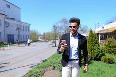 Αποκτημένο άτομο ηλεκτρονικό ταχυδρομείο από το ταξιδιωτικό γραφείο και κλήση τηλεφωνικώς Στοκ φωτογραφία με δικαίωμα ελεύθερης χρήσης
