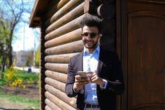 Αποκτημένο άτομο ηλεκτρονικό ταχυδρομείο από το ταξιδιωτικό γραφείο και κλήση τηλεφωνικώς Στοκ Εικόνα