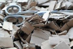 Αποκόμματα χαρτονιού με το ψαλίδι Στοκ εικόνα με δικαίωμα ελεύθερης χρήσης