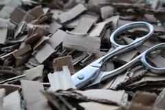 Αποκόμματα χαρτονιού με το ψαλίδι Στοκ Φωτογραφία