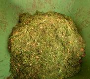 Αποκόμματα χλόης χορτοταπήτων στο σωρό λιπάσματος στοκ φωτογραφία με δικαίωμα ελεύθερης χρήσης