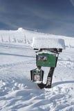 Αποκλεισμένος από τα χιόνια πίνακας πληροφοριών Στοκ εικόνες με δικαίωμα ελεύθερης χρήσης