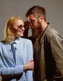 Απολαμβάνοντας κάθε λεπτό από κοινού Ζεύγος των γυαλιών μόδας ένδυσης ανδρών και γυναικών αγάπη ζευγών Πρότυπα μόδας σε καθιερώνο στοκ εικόνα με δικαίωμα ελεύθερης χρήσης