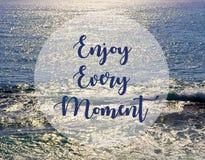 Απολαύστε κάθε στιγμή Εμπνευσμένο απόσπασμα στο όμορφο ωκεάνιο υπόβαθρο άποψης στοκ εικόνα