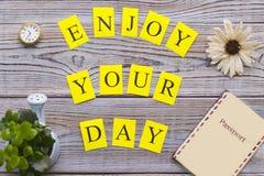 Απολαύστε την επιγραφή ημέρας σας στον ξύλινο πίνακα στοκ εικόνα με δικαίωμα ελεύθερης χρήσης