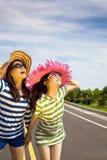 απολαύστε την ευτυχή θερινή κλίση κοριτσιών στοκ εικόνες