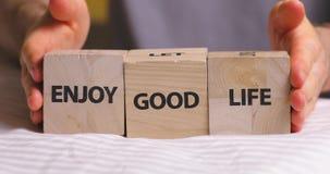 Απολαύστε τις λέξεις καλής ζωής που γράφονται στους ξύλινους διακοσμητικούς κύβους απόθεμα βίντεο