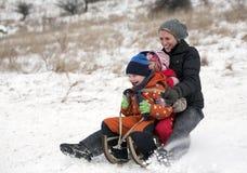 απολαύστε το έλκηθρο οικογενειακού γύρου από κοινού Στοκ Εικόνες