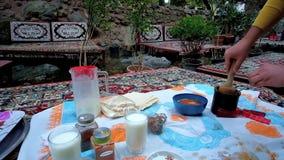 Απολαύστε το γεύμα στο εστιατόριο Darband, Τεχεράνη, Ιράν απόθεμα βίντεο