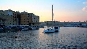 Απολαύστε το ηλιοβασίλεμα πέρα από το μεγάλο λιμάνι Valletta, Μάλτα απόθεμα βίντεο