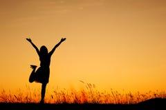 απολαύστε χαλαρώνει τη γυναίκα ηλιοβασιλέματος σκιαγραφιών Στοκ εικόνα με δικαίωμα ελεύθερης χρήσης