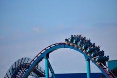 Απολαύστε rollercoaster της Mako με τις διαδρομές που είναι υψηλές από το έδαφος και που έχουν τις αιχμηρές καμπύλες στοκ εικόνα