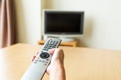 απομακρυσμένη TV χεριών ελέγχου Στοκ φωτογραφία με δικαίωμα ελεύθερης χρήσης