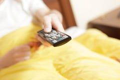 απομακρυσμένη TV χεριών ελέ&gam Στοκ εικόνα με δικαίωμα ελεύθερης χρήσης