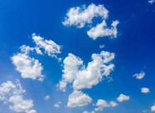 Απομονωμένα άσπρα σύννεφα στο μπλε ουρανό Σύνολο απομονωμένων σύννεφων πέρα από το μπλε υπόβαθρο στοιχεία τέσσερα σχεδίου ανασκόπ Στοκ Εικόνα