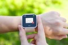 Απομονωμένα θηλυκά χέρια με το άσπρο smartwatch με το ηλεκτρονικό ταχυδρομείο στο Sc στοκ εικόνες με δικαίωμα ελεύθερης χρήσης